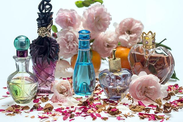 parfémy a lístky růží
