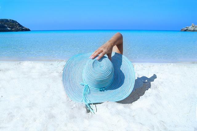 klobouk na pláži