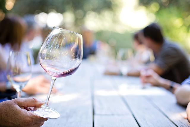 témšř prázdná sklenice na víno