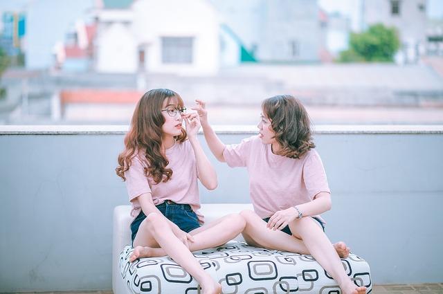 dvě dívky na pohovce