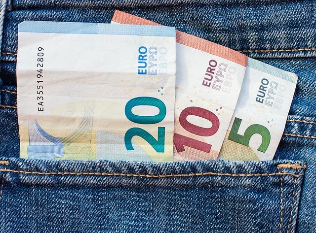 bankovky eur v kapse