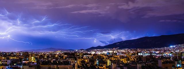 blesky nad městem