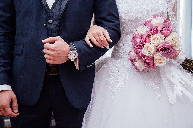 novomanželé s kytkou