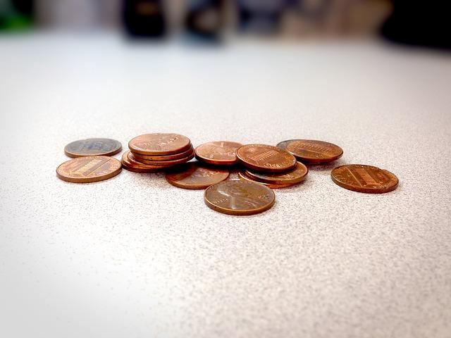 drobné mince na stole