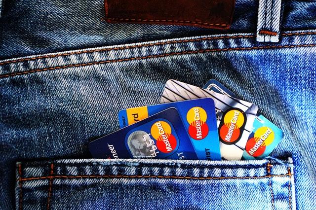 kreditky koukající z kapsy kalhot