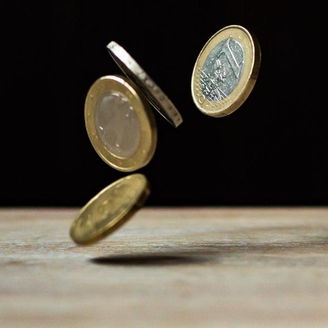 padající euro mince
