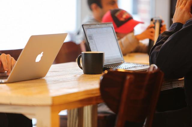 notebook a káva v kavárně