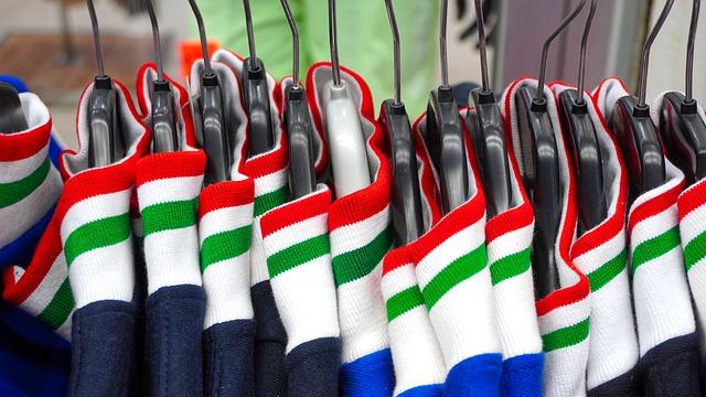Sportovní oblečení v obchodě na ramínkách