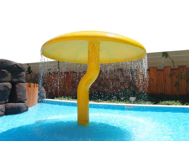 sprchová atrakce u bazénu