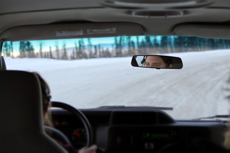 auto – pohled do zpětného zrcátka
