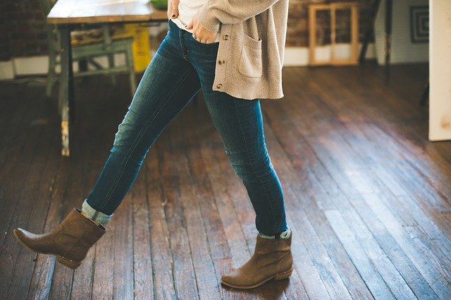 podlaha, nohy v džínách