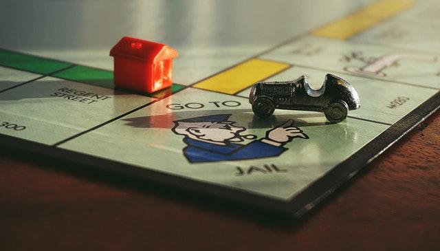 herní plán, figurky domu a auta