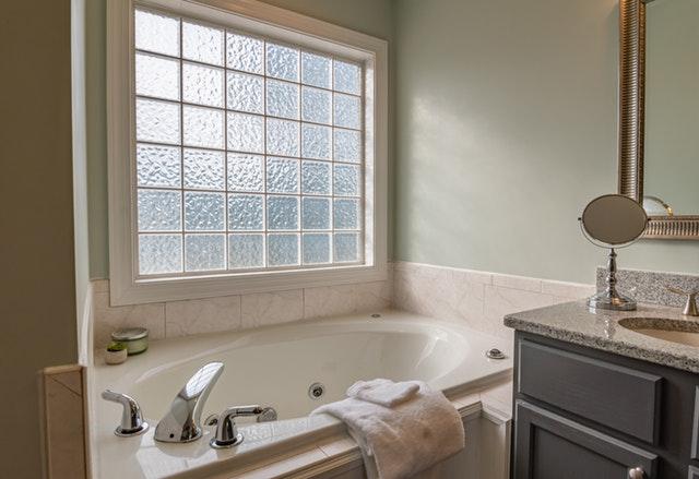 koupelna, bílé obklady
