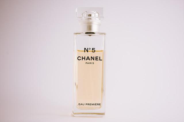 přepychový parfém známé značky