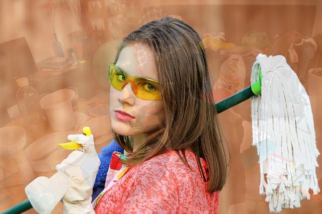 žena s mopem a přípravkem na čištění